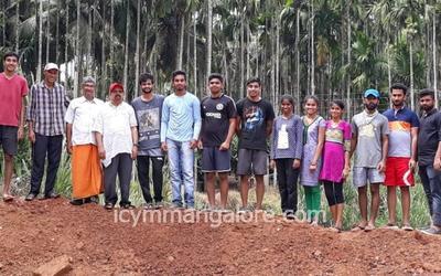 ICYM Madanthyar Unit helps Sonandur villagers in constructing temporary mud barrier
